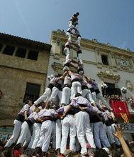 在西班牙维拉弗兰卡,人们参加叠罗汉比赛